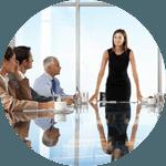 Kvinna som talar inför en ledningsgrupp