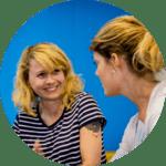 Linkuracoach som har ett personligt samtal med en anställd